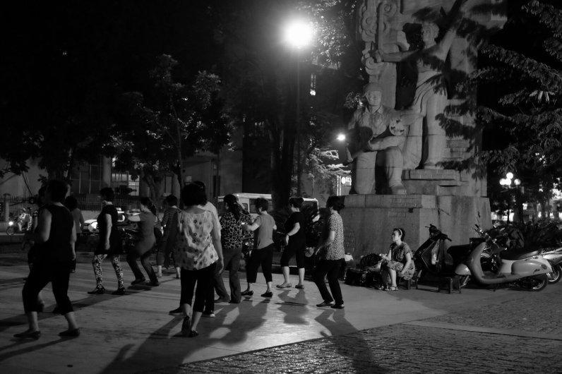 Gruppen Tango auf einem öffentlichen Platz