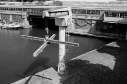 Kran in einem kleinen Hafen