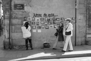 Italienische Fotografin verkauft ihre Bilde rin Opernsängerin in Kellner in einem Bistro in Le Marais