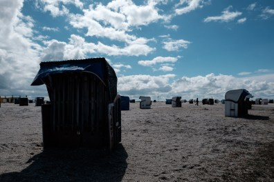 Leere, verschlossene Strandkörbe