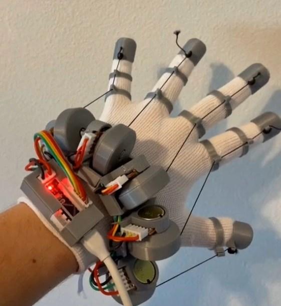 """Hacker trẻ sáng chế găng tay VR phản hồi xúc giác hệt như """"Iron Man"""" chỉ với 22 đô - Ảnh 1."""