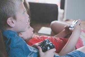 djeca igraju video igre na konzoli