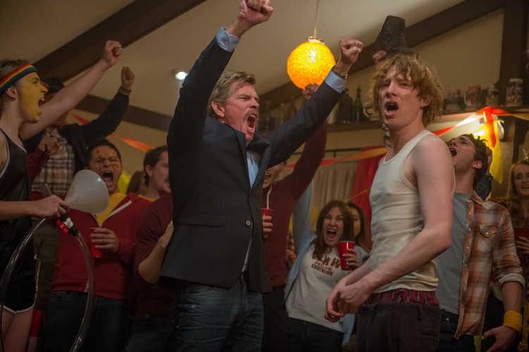 Crash Pad Review Komödie Domhnall Gleeson Party