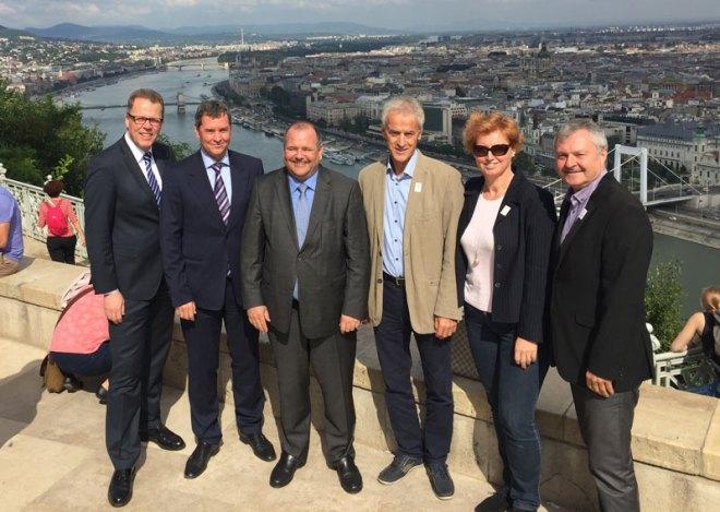 Budapest 2024's Attila Mizsér (centre) poses with International Shooting Federation delegation (Budapest 2024 photo)
