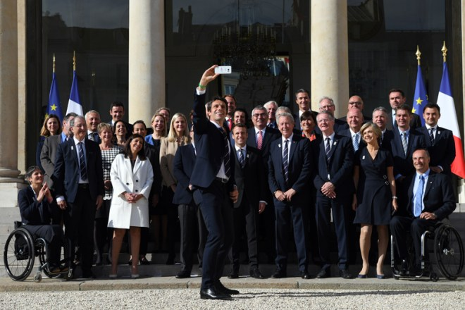Paris 2024 Co-Chair Tony Estanguet takes selfie with French President Emmanuel Marcon (centre) and the IOC Evaluation Commission at Elysée Palace in Paris May 16, 2017 (Paris 2024 Photo)