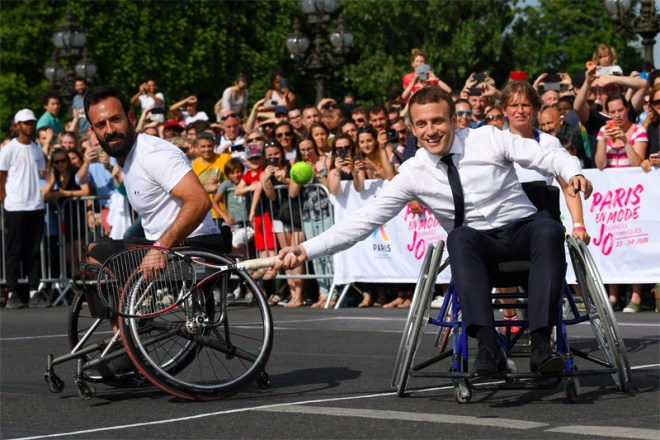 French President Emmanuel Macron and Paralympian Michael Jeremiasz celebrate Olympic Day in Paris (Paris 2024 Photo)