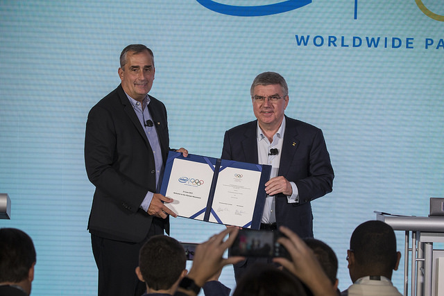 IOC President Thomas Bach (left) signs sponsorship agreement with Intel in New York (IOC Photo)