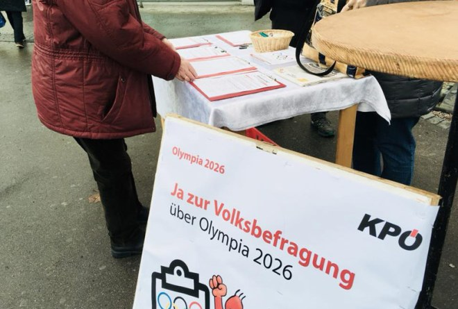 Passersby sign KPÖ petition calling for referendum over Graz 2026 Olympic Winter Games bid (KPÖ Photo)