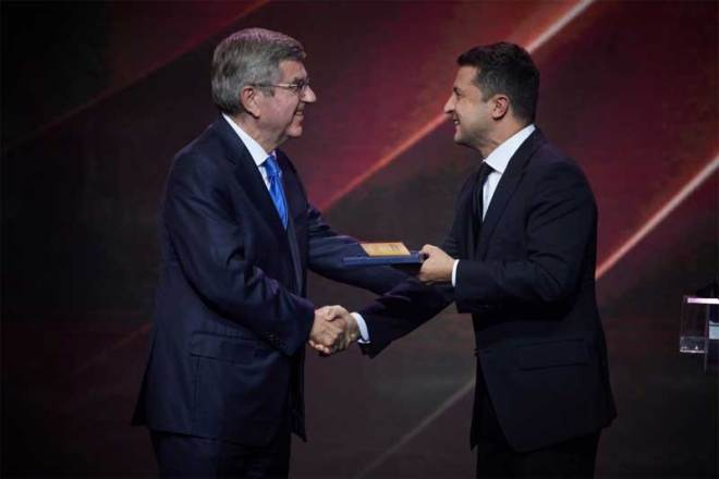 Ukraine President Volodymyr Zelenskyy (right) and IOC President Thomas Bach in Kyiv September 11, 2021 (Office of Ukraine President photo)