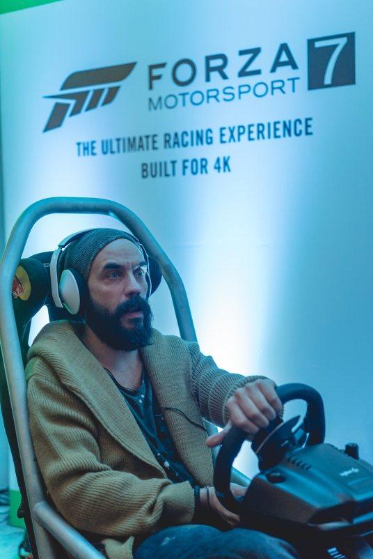 Ο τραγουδοποιός και ηθοποιός Πάνος Μουζουράκης παίζει Forza Motorsport 7, στο Xbox One X