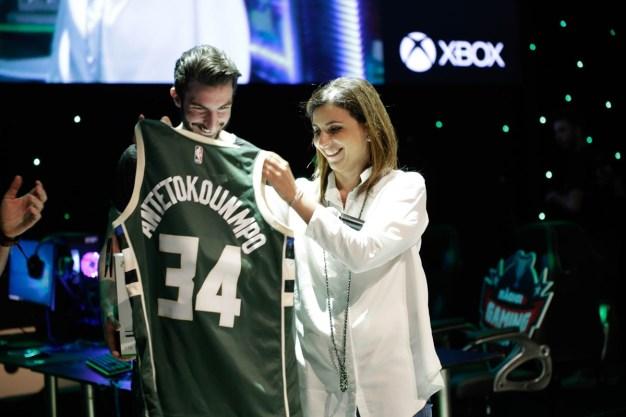 Η Διευθύνουσα Σύμβουλος της Microsoft Ελλάδος, Κύπρου & Μάλτας, Πέγκυ Αντωνάκου, κατά τη διάρκεια της απονομής του νικητή του τουρνουά NBA 2K18.