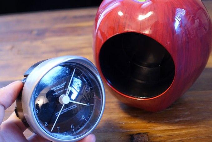 時計部分はひねって引っ張ることで外すことができる。