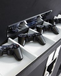 Die Controller liegen vor dem TV. (Foto: neimanmarcus.com)