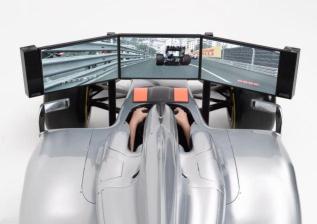 Ein F1-Bolide mit drei Monitoren. (Foto: Costco)