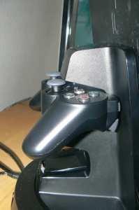Auf der Rückseite werden die Gamepads beim Laden sicher gehalten. (Foto: GamingGadgets.de)