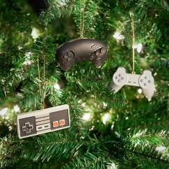 Die Controller machen sich ganz hervorragend im Weihnachtsgeäst! (Foto: Thinkgeek)