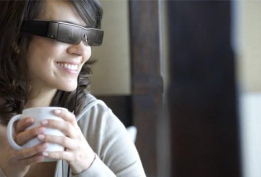 Lachend im Café. Nur wieso? (Foto: Epson)