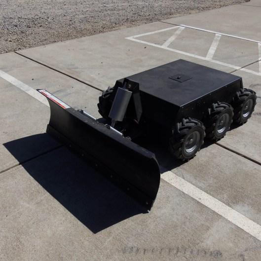 Der RC 6WD Robot with Snow Plow (Foto: superdroidrobots.com)