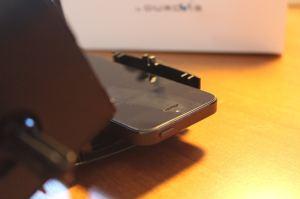 Smartphone liegt auf Halterung. (Foto: GamingGadgets.de / Sven Wernicke)