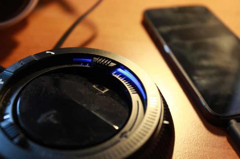 Smartphone hängt am Mixer. (Foto: GamingGadgets.de)