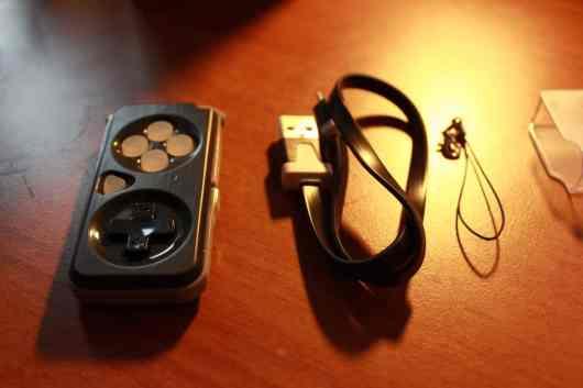 Via USB wird der integrierte Akku geladen: Drei Stunden aufladen bringen bis zu 9 Stunden Entertainment am Stück. (Foto: GamingGadgets.de)