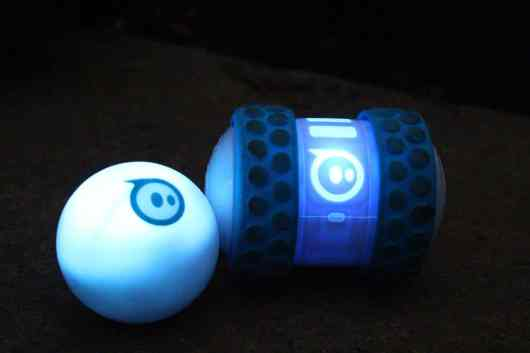 Zum Vergleich: links Sphero 2.0, rechts Ollie. (Foto: GamingGadgets.de)