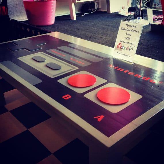 Die Platte über dem Controller ermöglicht das Abstellen von Gegenständen. (Foto: Etsy)
