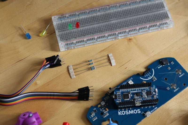Breadboard, Sensoren, LEDs und Kabel. (Foto: Sven Wernicke)