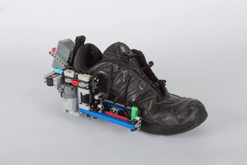 Selbstbindende Schuhe aus LEGO. (Foto: Vimal Patel)