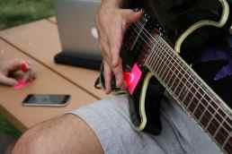 An der Gitarre. (Foto: Specdrums)