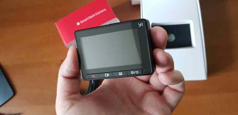 Handlich. Die YI Smart Dashcam wirkt auch nicht billig. (Foto: GamingGadgets.de)