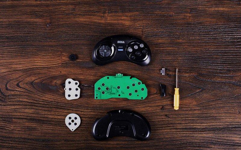 Hier im Bild: Der MegaDrive-Controller wird ohne Löten gepimpt. (Foto: 8Bitdo)