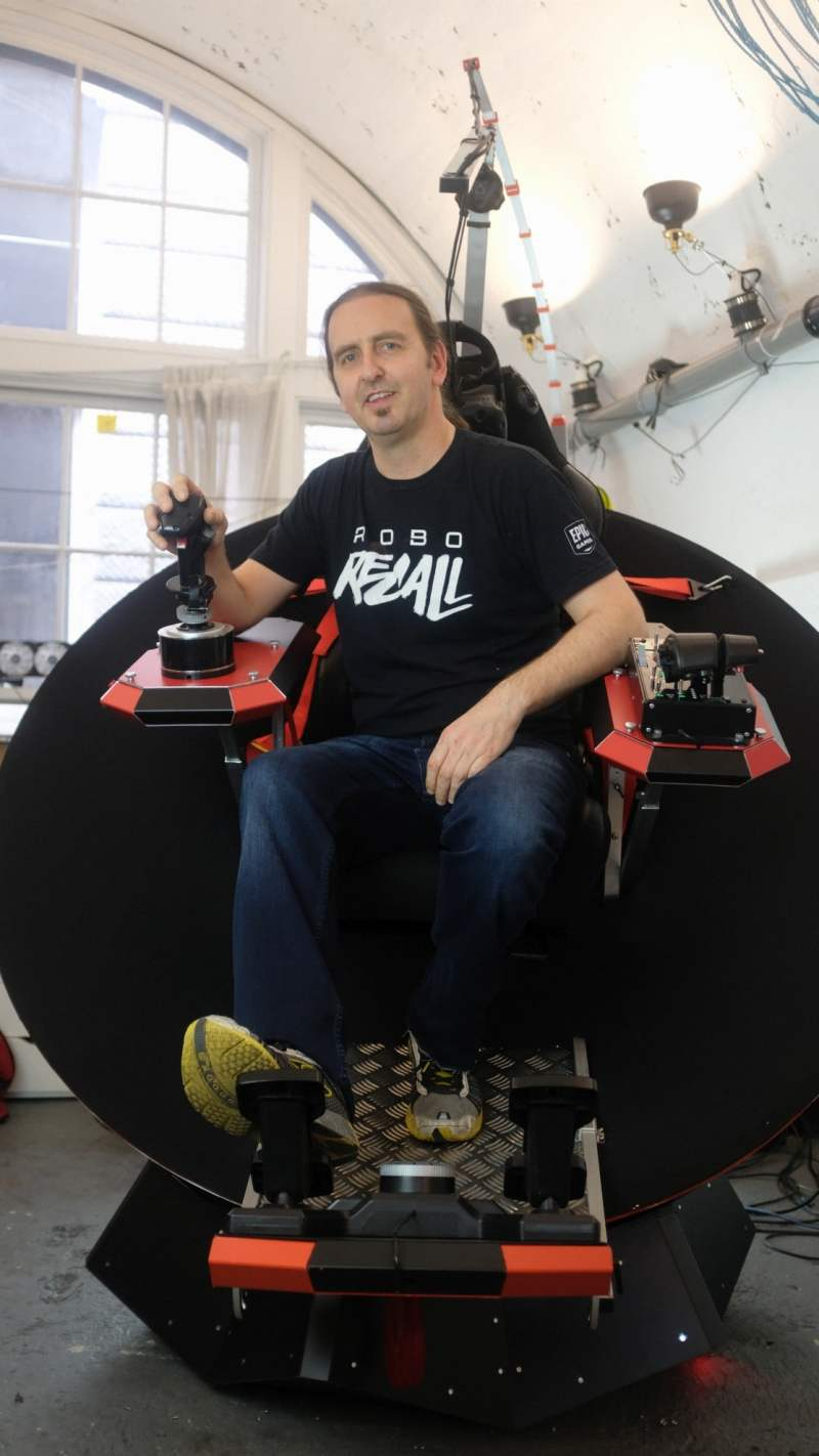 Der Erfinder Mark Towner in seiner Maschine. (Foto: Feel Three)