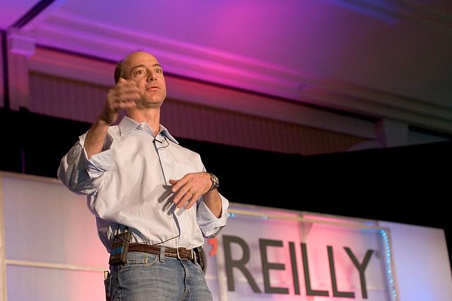 Jeff Bezos 2005 auf einem Vortrag.
