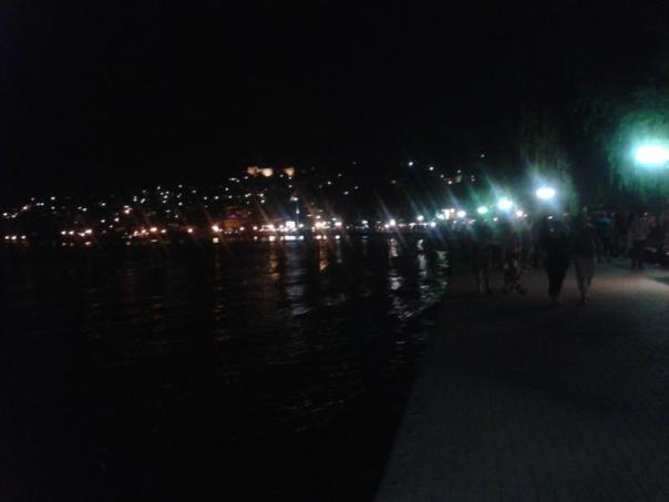 Lago Ohrid iluminado .