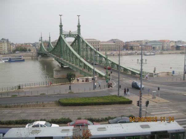 Puente que cruza el Danubio .