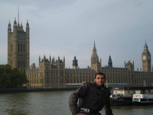 Frente a las Casas del Parlamento , en Londres .