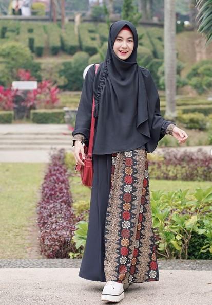 14 Inspirasi Gamis Batik Kombinasi yang Modis