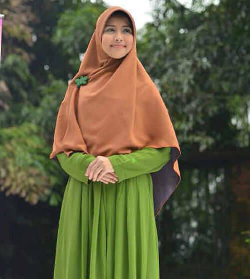 menggunakan jilbab yang menutup dada