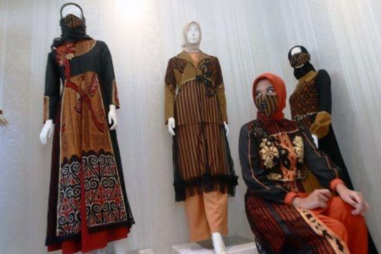 contoh busana muslimah terbuat dari kain tenun