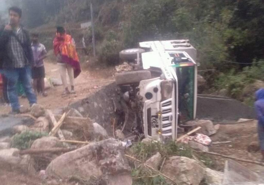 पर्वतको बाच्छामा जीप दुर्घटना, पाँच घाईते –(विवरण सहित)