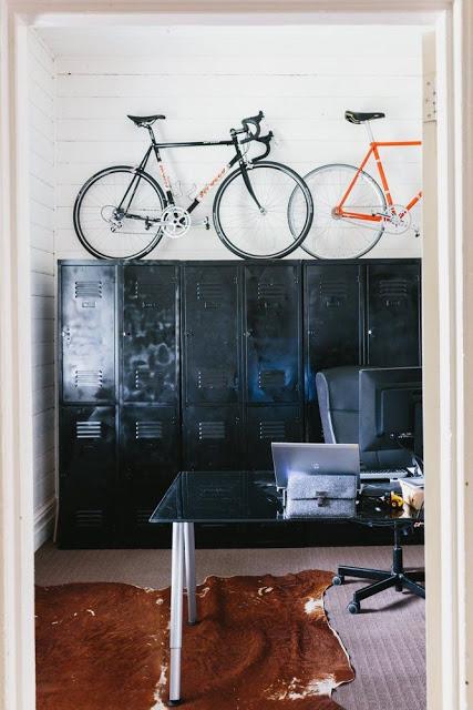 velos-poses-au-dessus-armoire-metal-industrielle