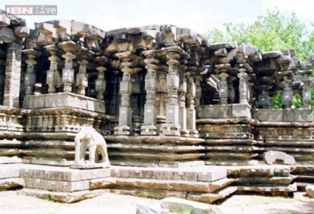 Thousand Pillars Temple: Perched elegantly on the slopes of the hills at Hanamkonda, the thousand pillars temple is fine specimen of Kakatiya Architecture and sculpture.