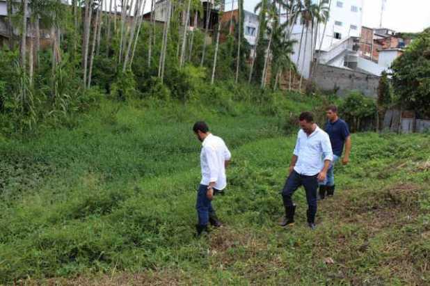 Leo-de-Neco-e-equipe Prefeitura libera ordem de serviço para dragagem do rio Gandu.