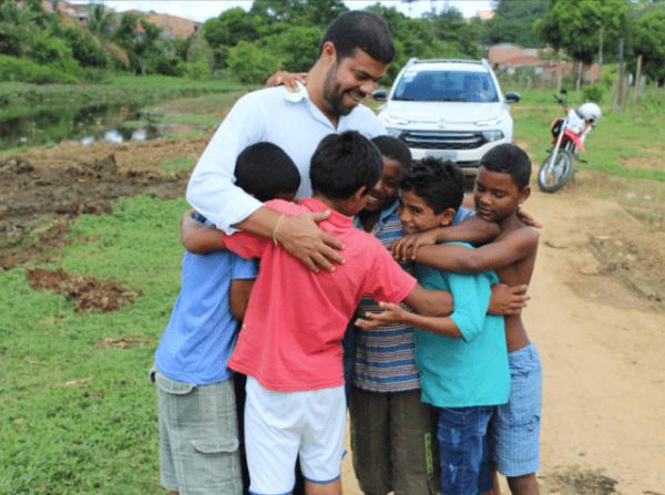 Leo-Visita-Rio2-e1492090077370 Gandu: Prefeito Leonardo Cardoso visita moradores do bairro Renovação 1 e acompanha obras de limpeza do rio.
