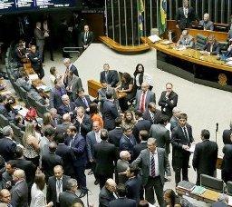 """Para preservarem mandatos, deputados articulam """"distritão"""" em 2018"""