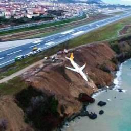 Turquia: Avião derrapa na aterrissagem e cai em barranco