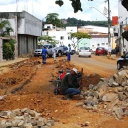 Prefeitura de Gandu inicia obras de recuperação de calçamento na cidade.
