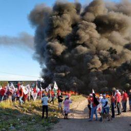 Manifestantes interditam BR-116 em Feira de Santana em protesto contra a prisão do ex-presidente Lula