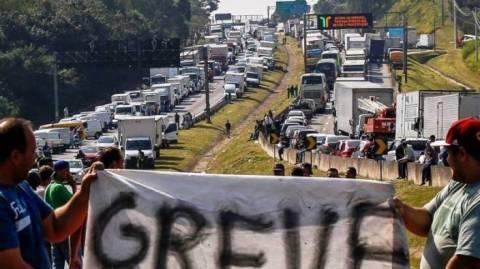 Caminhoneiros pedem isenção total de tributos para encerrar greve